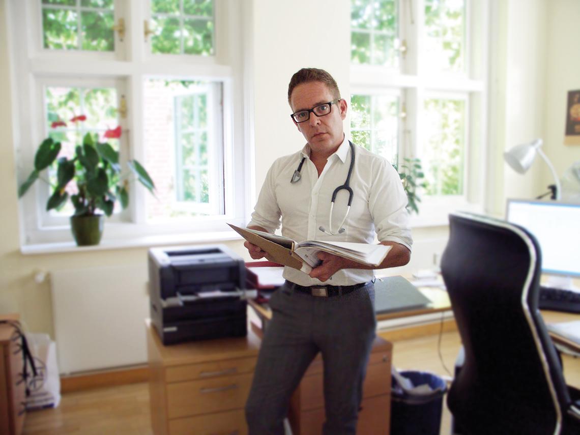 Facharzt Dr. Thieß in der Praxis in Potsdam
