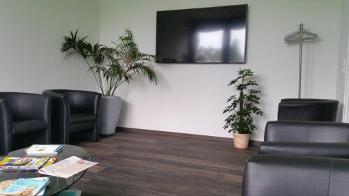 Wartezimmer mit Fernseher - Facharzt Dr. Thiess Potsdam